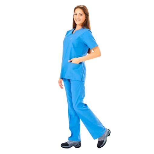 Sairaanhoitajalla tummanharmaat kengät